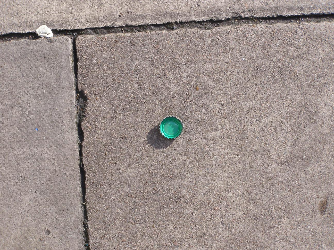 Inspiratie, gekleurd dopje op straat.