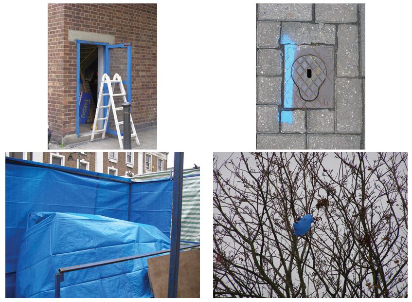 Vier foto's met blauwe details in Barking (Londen). Kozijn, markering op stoep, marktzeil en plastic zakje in boom.